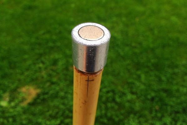 Bambusstang med pålimt neodymmagnet.